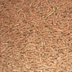 Las estufas de pellets se han convertido en una excelente opción para todo tipo de hogares, ya que con ellas se consigue un ahorro considerable de dinero a final de mes, una cosa que se agradece por parte de las familias. Es importante ponerse siempre en manos de especialistas a la hora de elegir la estufa, ya que la amplia variedad de opciones en el mercado pueden desorientar al usuario. Este tipo de estufas requieren comprar pellets, un combustible elaborado a partir de la madera y que mediante su combustión permite la liberación de una importante cantidad de energía calorífica. Aumento en la demanda de pellet En los últimos años los principales distribuidores de pellets han experimentado un aumento considerable de la demanda de este tipo de sustancias, debido a la gran implantación de las calefacciones que lo emplean como materia prima. Este tipo de aparatos utiliza combustibles renovables, emitiendo una baja dosis de CO2 a la atmósfera, algo que se debe tener muy en cuenta. Si te preocupa el hecho de tener que comprar pellets, debes saber que este combustible cuenta con un precio bastante competitivo y es menos susceptible de sufrir fluctuaciones en el tiempo, a diferencia de lo que ocurre con otras fuentes de energía, como por ejemplo, con el gas. Los usuarios que han realizado las instalaciones en sus casas destacan su calor agradable, que eleva la temperatura del aire de la estancia de forma natural y armónica. Para su buen funcionamiento, se deben comprar pellets de buena calidad que ofrezcan una eficiencia calorífica rentable. Estufas de aire Las estufas de aire cuentan con una salida de aire con ventilador en su parte frontal, la cual permite calentar de forma adecuada la estancia en la que se localiza, limitándose su uso a una habitación de todo el hogar. Estufas canalizables Las estufas canalizables permiten, a través de una serie de conductos, distribuir por toda la casa el calor generado, siendo una excelente opción para mantener la vivienda a una temp